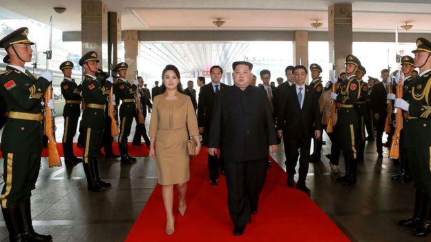 Kim Jon-un y su esposa a su llegada a la estación central de Pekín.