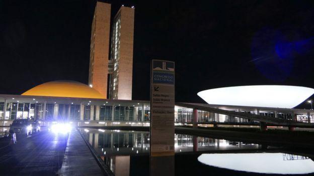 Prédios do Congresso Nacional iluminados à noite