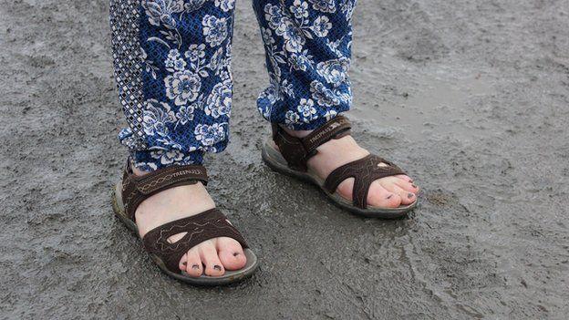 Glaw neu hindda, tybed? Mae'n bwysig gwisgo'n addas ar gyfer y Steddfod // Sandals or wellies? This optimistic lady's taken a gamble on the weather drying out