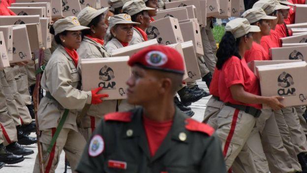 Militares com caixas de papelão Clap