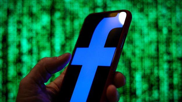 Logo de Facebook delante de una pantalla verde