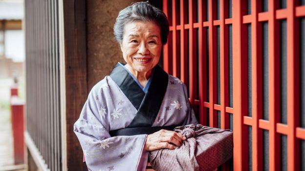 Una anciana japonesa en ropa tradicional