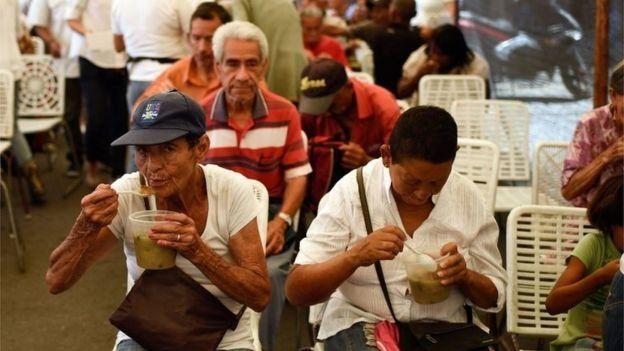 Kelangkaan begitu buruk sehingga sejumlah keluarga harus berjuang memberikan makanan.