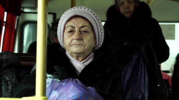 Mujer en un autobús en Irkutsk