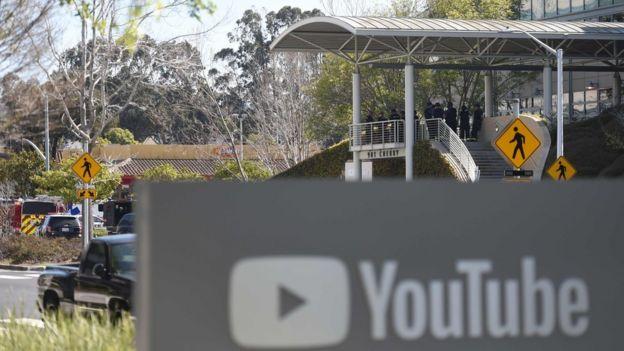 Policiais na sede do YouTube em San Bruno