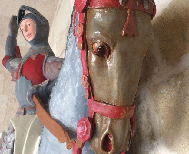 Estatua de San Jorge sobre su caballo.