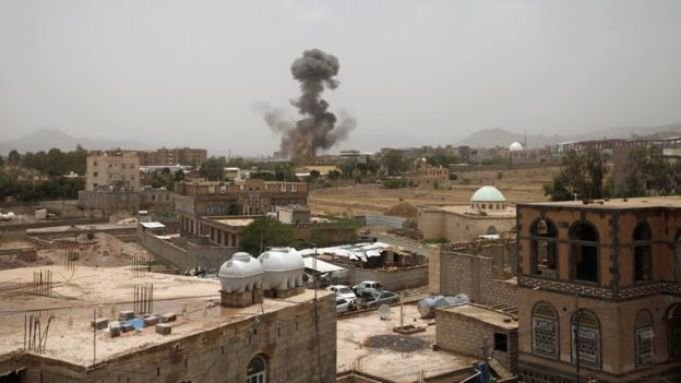 Smoke rises after a reported air strike in Sanaa, Yemen (9 August 2018)