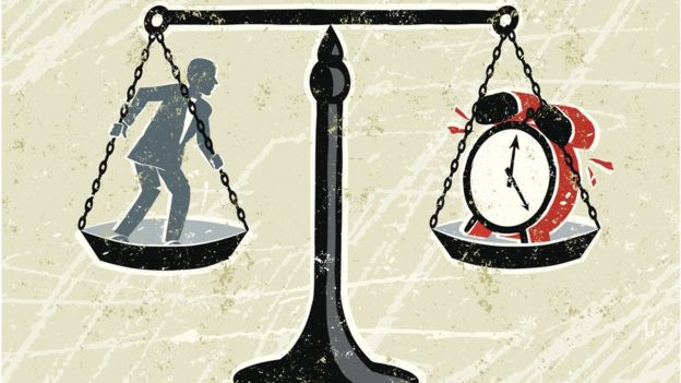 Ilustración con un hombre en una balanza, al otro lado un reloj.