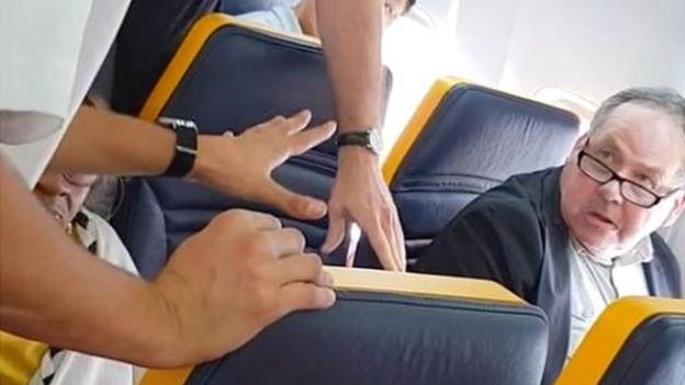 Un momento del incidente en el avión