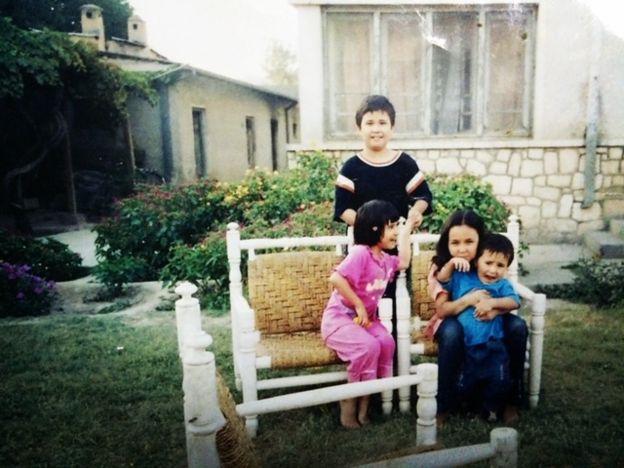 سمیه توره و خانواده در سفر به کابل در سال ۲۰۰۲