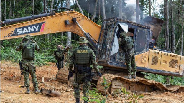 Grupo Especializado de Fiscalização (GEF) do Ibama desativa máquinas de garimpo ilegal na Terra Indígena Munduruku, no Pará em 4 de maio de 2018