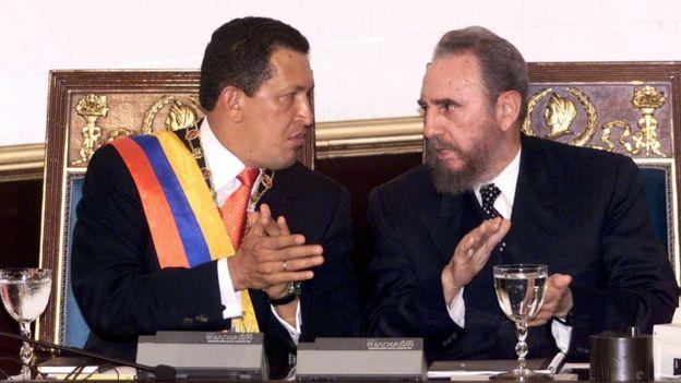 Hugo Chávez, presidente da Venezuela, e Fidel Castro, presidente de Cuba, em 2000