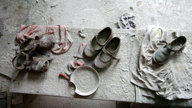 Вещи, брошенные в детском саду в Припяти, возле Ченобыля. 27 февраля 2006 года.