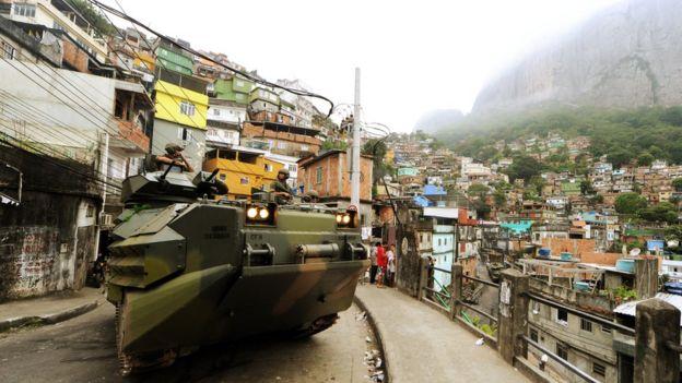 Militares em favela