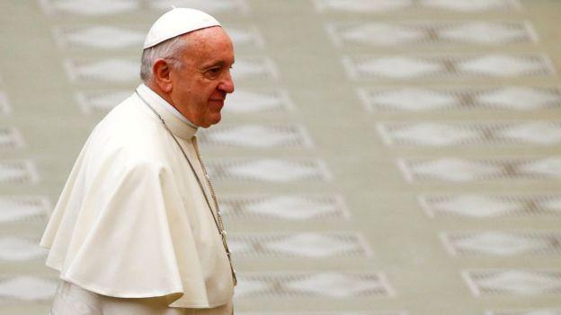 El papa Francisco caminando