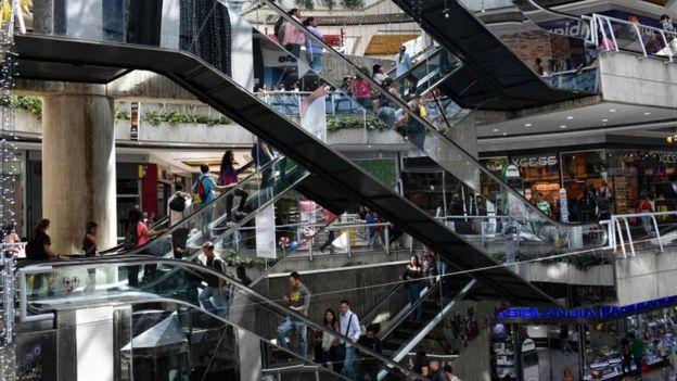 Interior del Centro Comercial Sambil, en Caracas, Venezuela