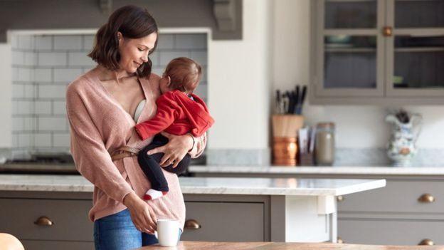 Una madres cargando a su bebé.