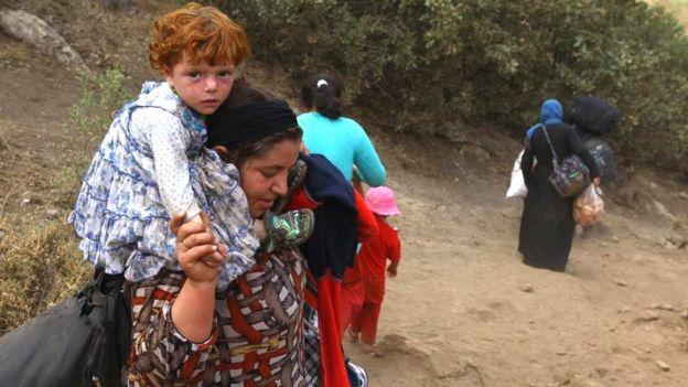 Yazidíes escapando de Estado Islámico en agosto de 2014.