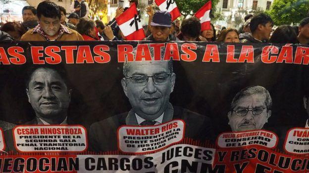 Manifestantes en una protesta contra los jueces y consejeros implicados en los audios.