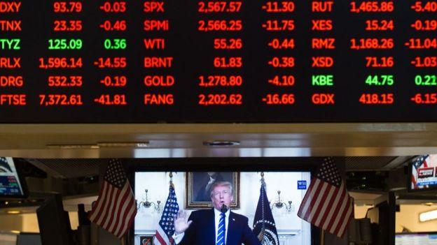 Una imagen de Trump en un televisor en la bolsa de Nueva York.