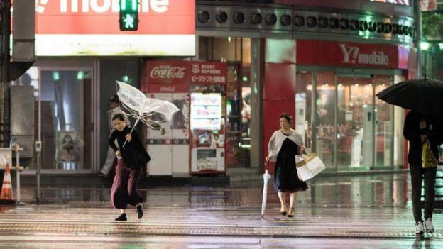 Gente camina bajo la lluvia en Japón