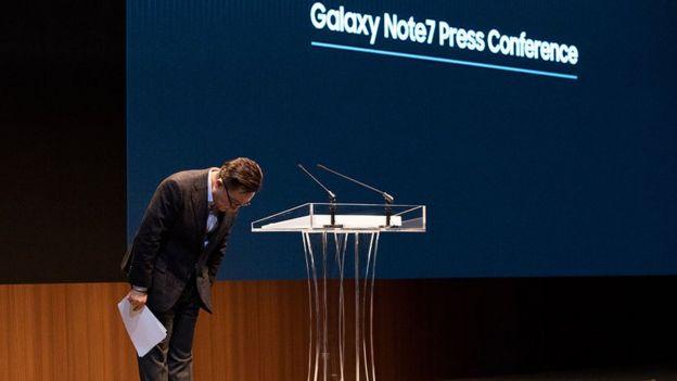 Koh Dong-jin, presidente de comunicaciones móviles de Samsung Electronics, durante una conferencia de prensa.