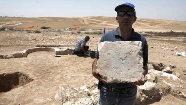 Ясер Аламор з Ізраїльського управління старожитностей показує камінь, знайдений у мечеті