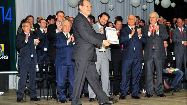 José Ivo Sartori sendo diplomato