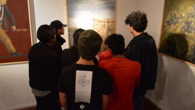 Menores visitando galería.