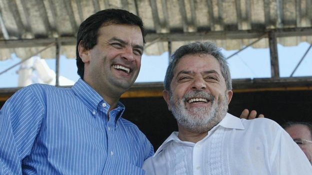 Lula (esq.) e Aécio (dir.) juntos na inauguração da ponte de Itinga (MG) em 2004