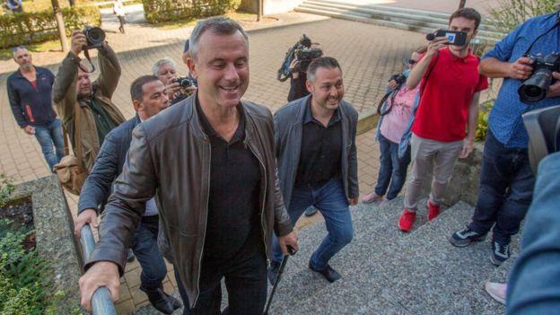 Norbert Hofer, Vorsitzender der Österreichischen Freiheitspartei (FPÖ), kommt am 29 September im Wahllokal bei den vorgezogenen Wahlen in Pinkafeld (Österreich) an