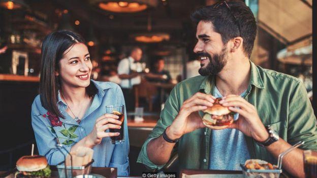 Homem e mulher almoçando juntos