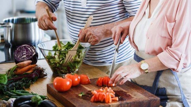 Mulheres preparando salada