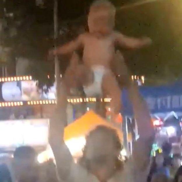 Bebé siendo lanzado al aire.
