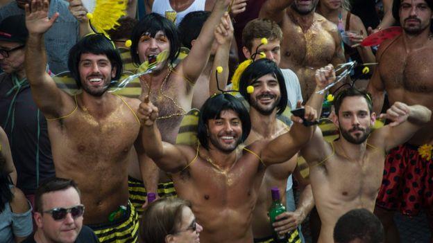 Homens se divertem no Carnaval