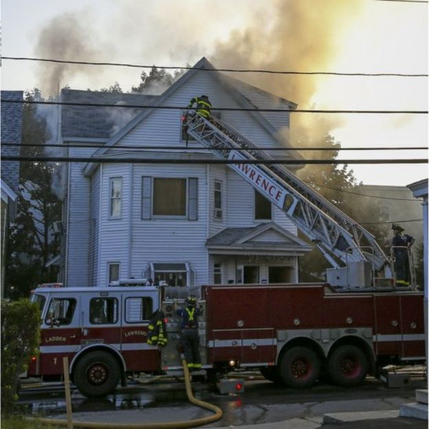 رسانههای محلی گزارش دادهاند دست کم در یک برهه زمانی نزدیک به ۱۹ آتش سوزی در شهر لارنس در جریان بوده است.