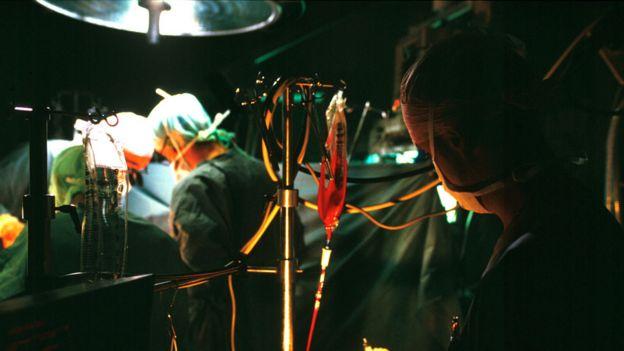 Una transfusión de sangre durante una operación.