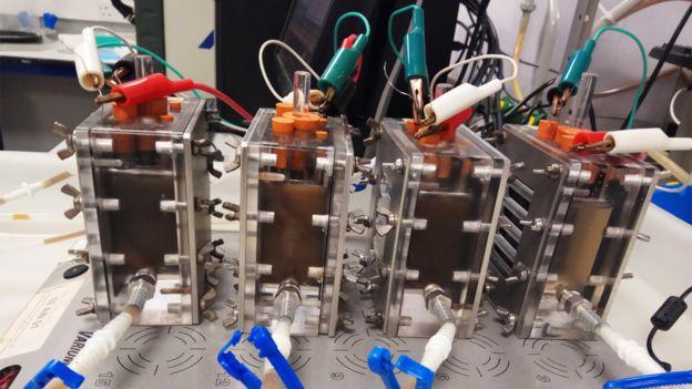 Sistema de celdas microbianas en el laboratorio de Avignone Rossa en la Universidad de Surrey