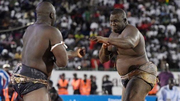 De face, Yekini, champion invaincu du Sénégal pendant plus de 10 ans et plusieurs champions d'Afrique en lutte traditionnelle.