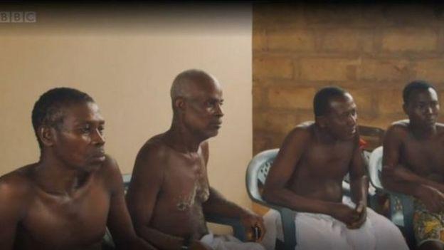 Grupo de ancianos de una comunidad en Ghana