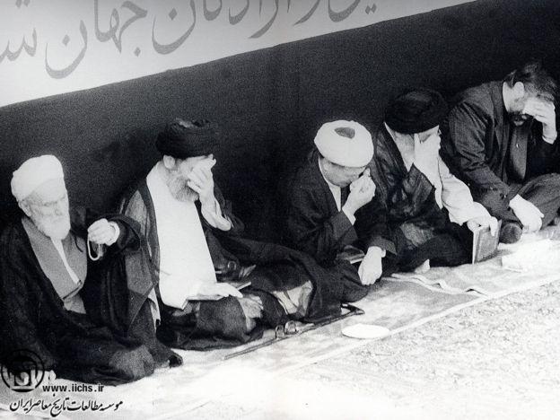 محمدتقی فلسفی در کنار رهبران ایران در مراسم ترحیم آیت الله خمینی - خرداد ۱۳۶۸