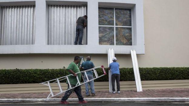Aseguran casas contra el huracán.