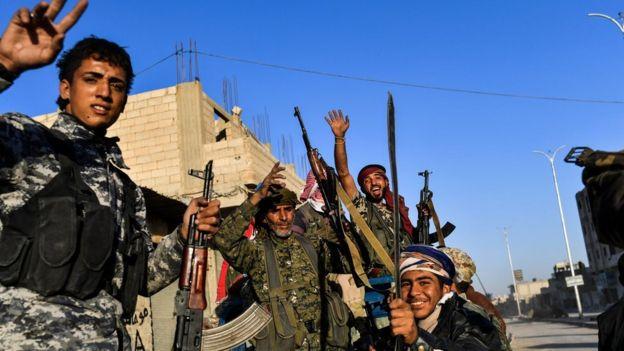 Combatentes curdos comemoram vitória