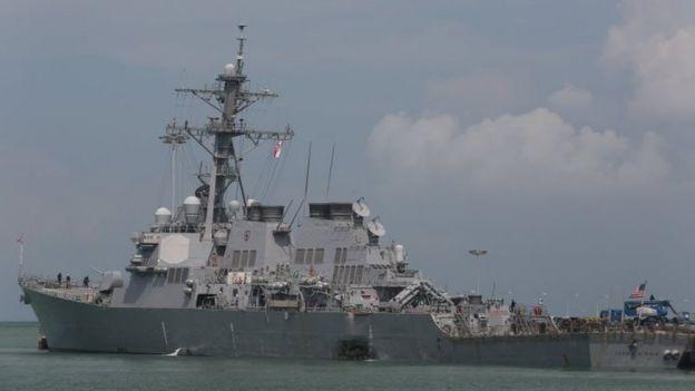 USS John S McCain bị hư hại sau khi va chạm và hiện đang đậu tại căn cứ quân sự Changi ở Singapore. Ảnh do Hạm đội Bảy của Hoa Kỳ cung cấp.