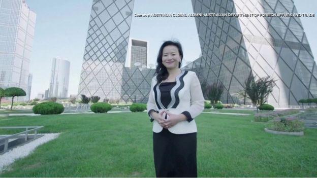 荿蕾八年前加入中国海外官媒中国国际电视台(CGTN)工作,主持《全球财经》节目。