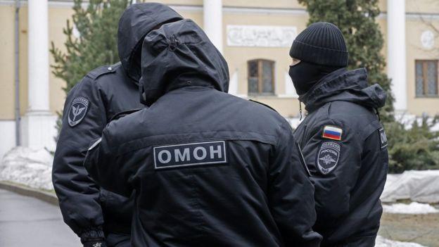 Полицейский спецназ во дворе музея Рериха в Москве