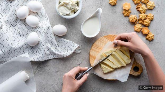 Uma colher de sopa de manteiga tem 7g de gordura saturada – mas se for substituída por açúcar ou farinha, o efeito na saúde pode ser ainda pior
