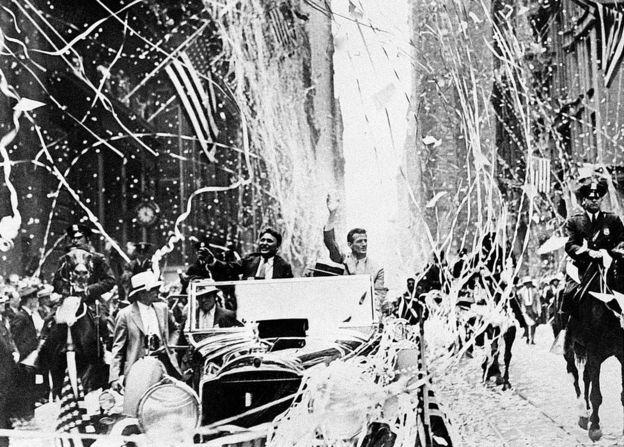 Wiley Post y Harold Gaddy festejados por haberle dado la vuelta al mundo en 8 días.