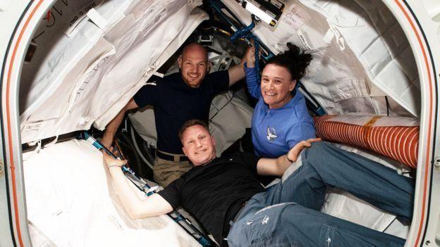 Alexander Gerst, Sergei Prokopyev e Serena Auñón-Chancellor na Estação Espacial Internacional