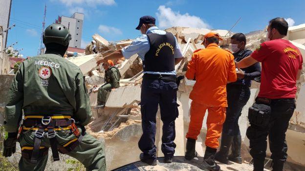 Bombeiros trabalhando em desabamento em Fortaleza